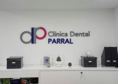 clinica-dental-parral-letras-corporeas-logotipo-troquelado