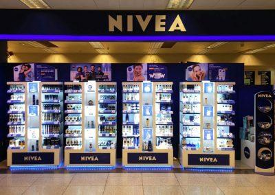 Stand y expositores iluminados para promoción de Nivea