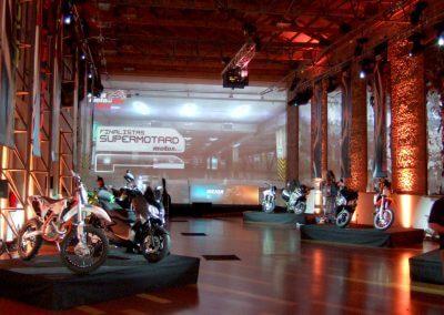 Decoración y montaje de lonas para evento de Motos